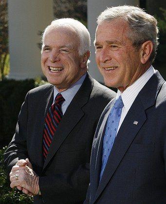 Kandidat McCain und Präsident Bush: Scharfe Kritik am Amtsinhaber.