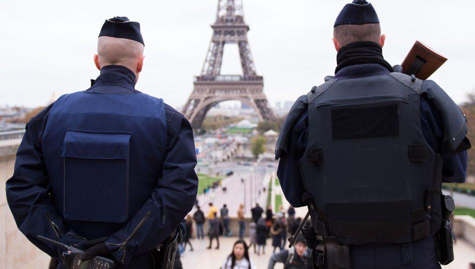 Polizisten in Paris im November 2016