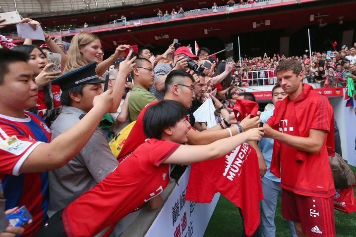 Müller mit chinesischen Fans: Bayern absolvierte im Juli eine siebentägige Werbetour