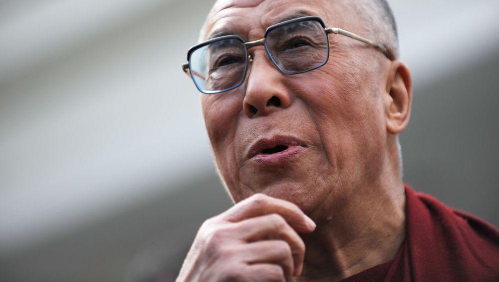 Dalai Lama: Ein Gott zieht die Fäden