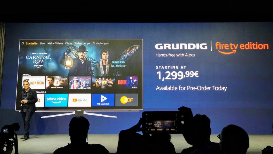 Amazon-Manager Marc Whitten präsentiert auf einer Pressekonferenz in Berlin Grundigs Fire-TV-Fernseher