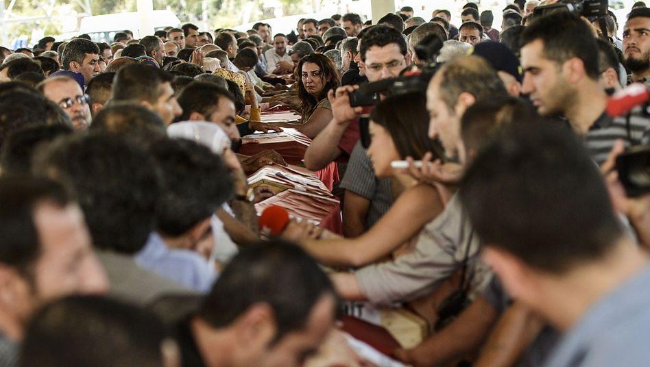 Trauer in Gaziantep: Nach dem Selbstmordanschlag begraben Angehörige die Opfer